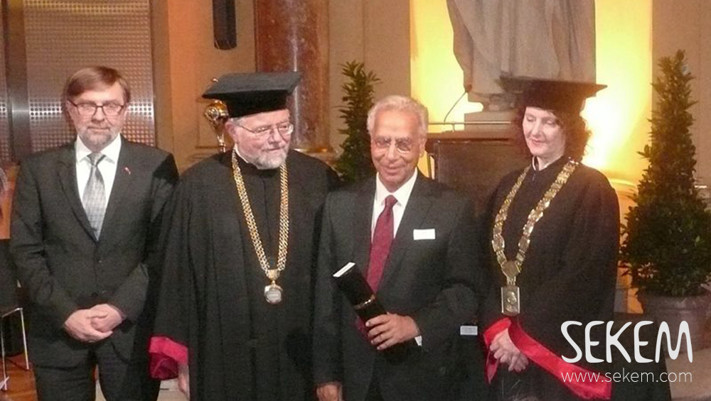 Dr. Ibrahim Abouleish receives the Golden Diploma from the University of Technology Graz.