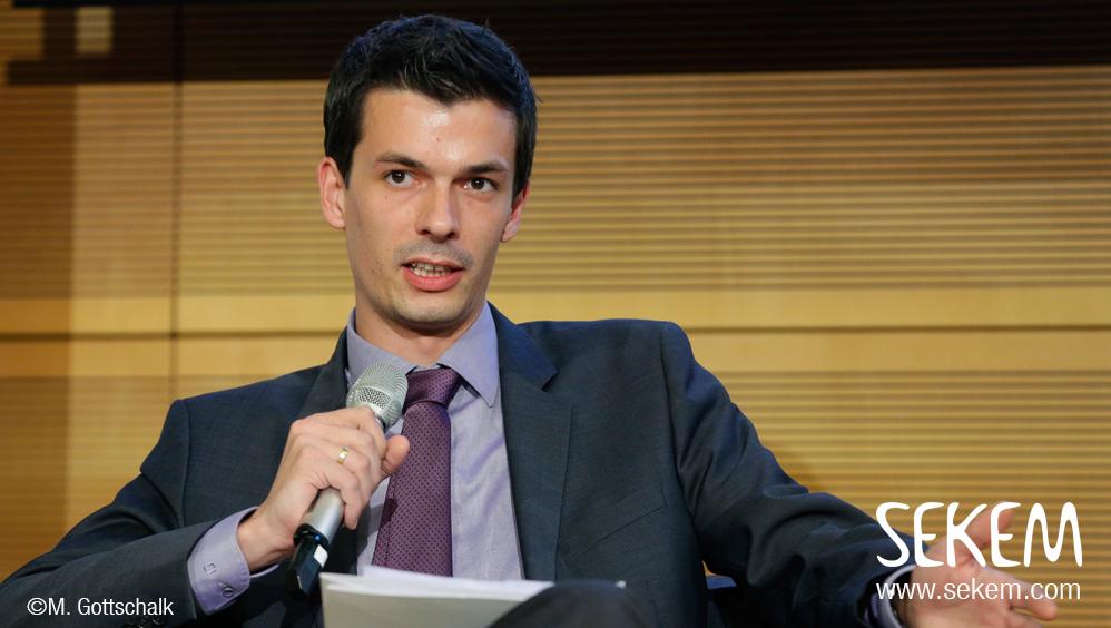 """Thomas Abouleish präsentiert SEKEM und die """"Gender Strategy"""" der Initiative während der Podiumsdiskussion des G7 Gipfels in Berlin"""