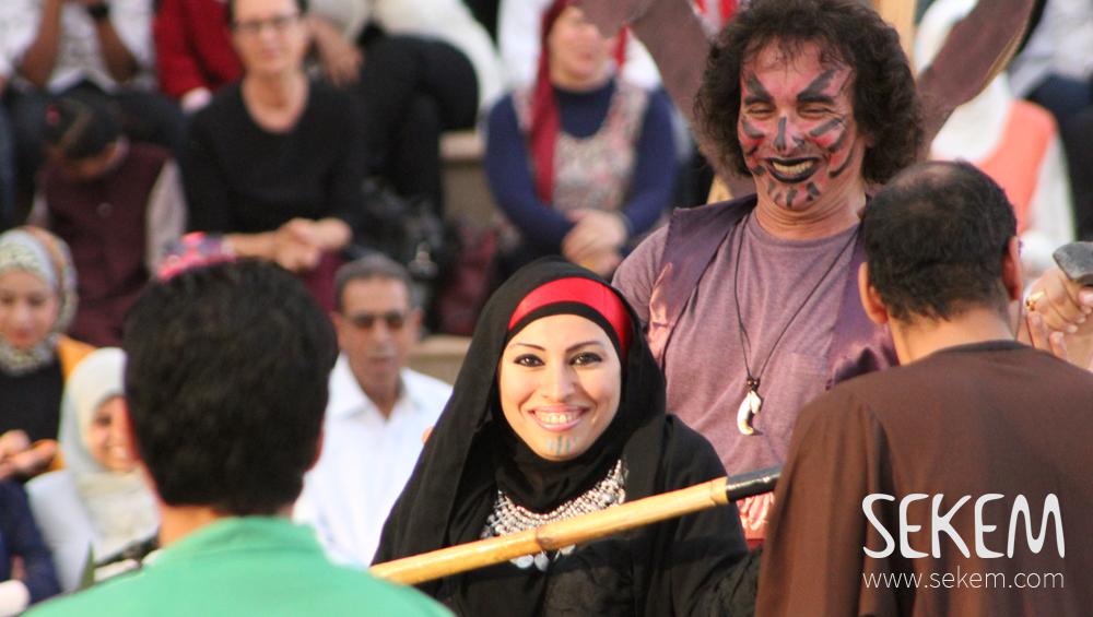 SEKEM-Schauspieler präsentierten ein beindruckendes Theaterstück auf der Bühne.