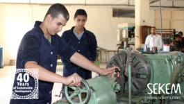 Studenten an der neuen Drehmaschine