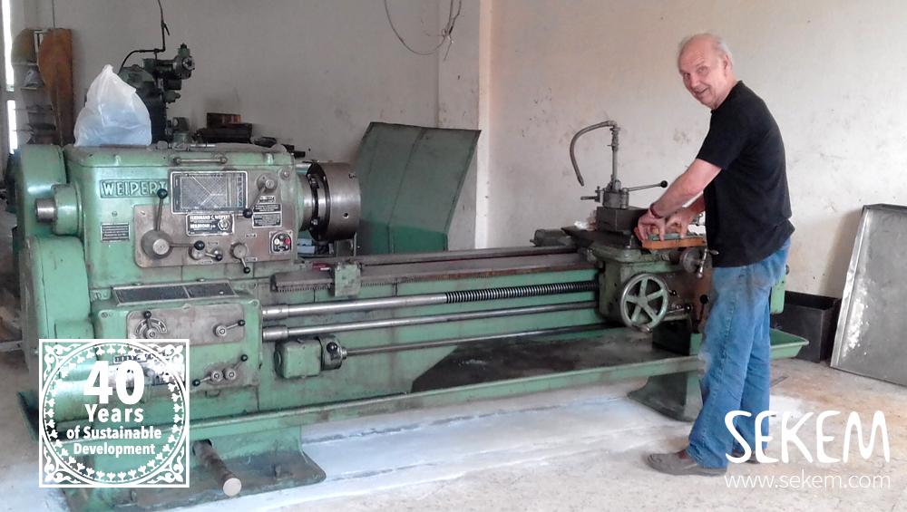 Der deutsche Lehrer Wilfried Ulrich hilft bei der Installation der Maschinen.