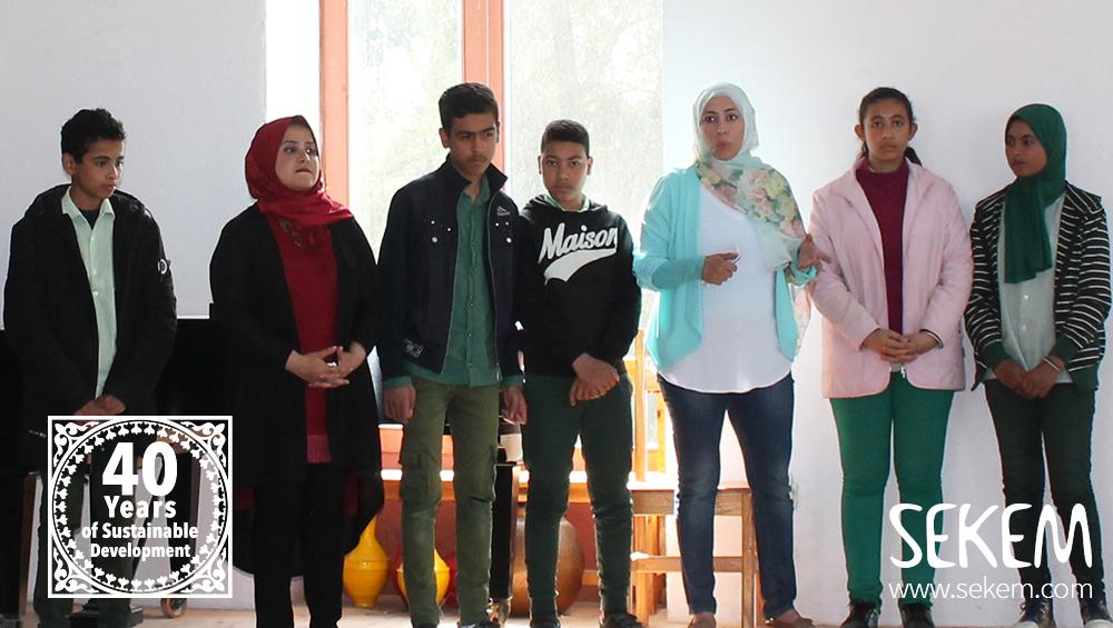 Hanem Yousef (zweite von rechts), die Leiterin der Ausbildung für Elektrotechnik berichtet von der Zusammenarbeit ihrer weiblichen und männlichen Schüler.